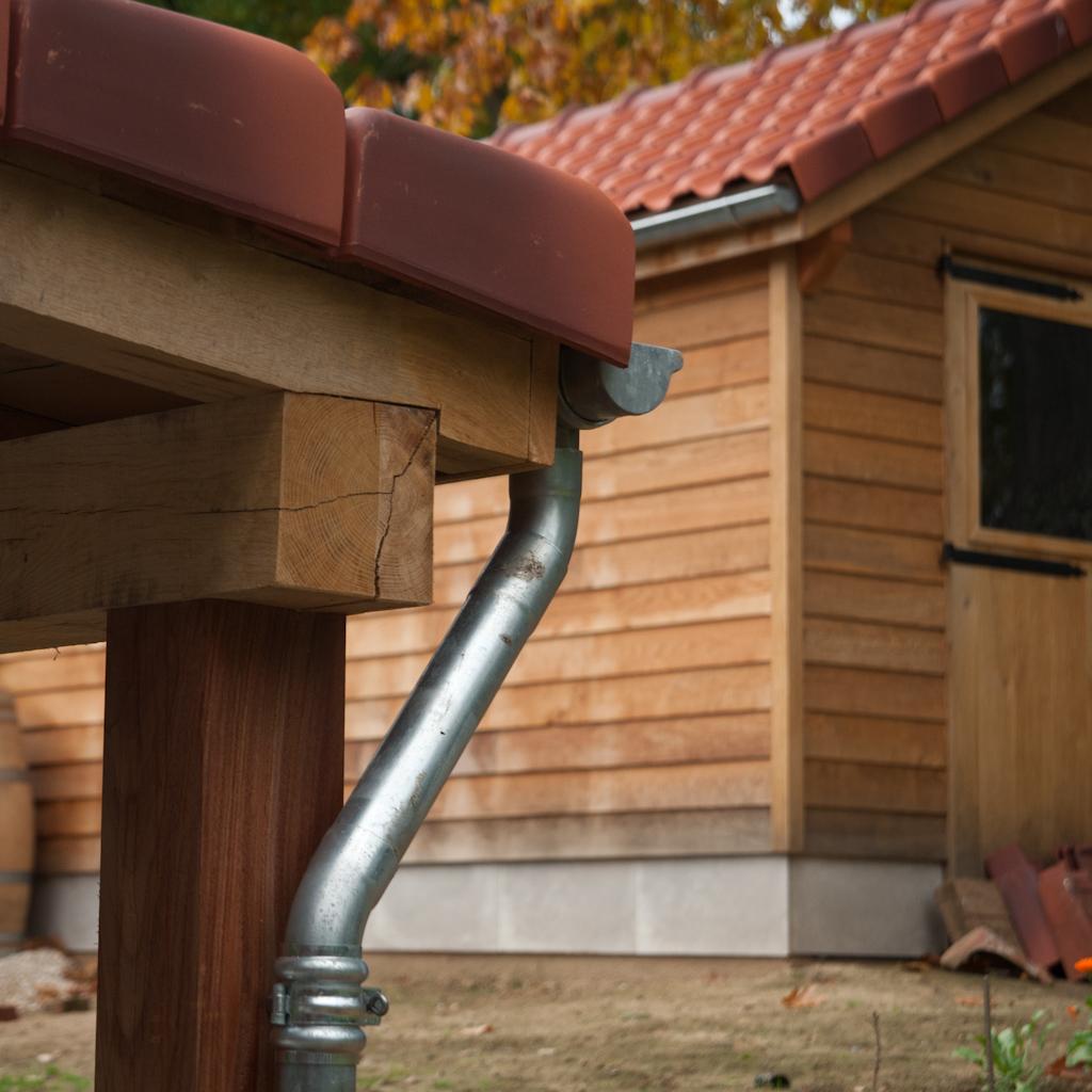 Tuinhuis en overkapping in eik, met dakpannen
